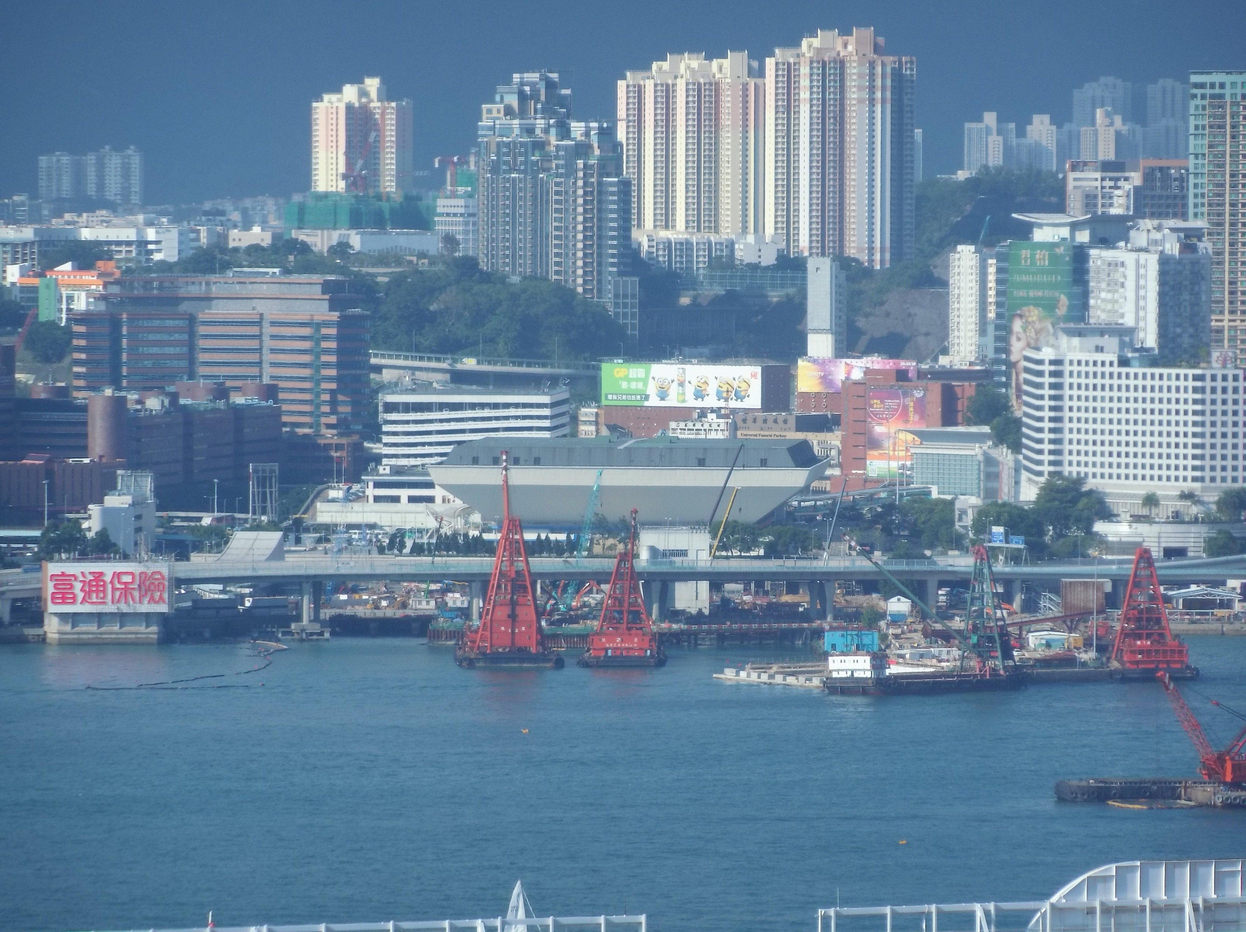 對面海的紅館完整攝入照片